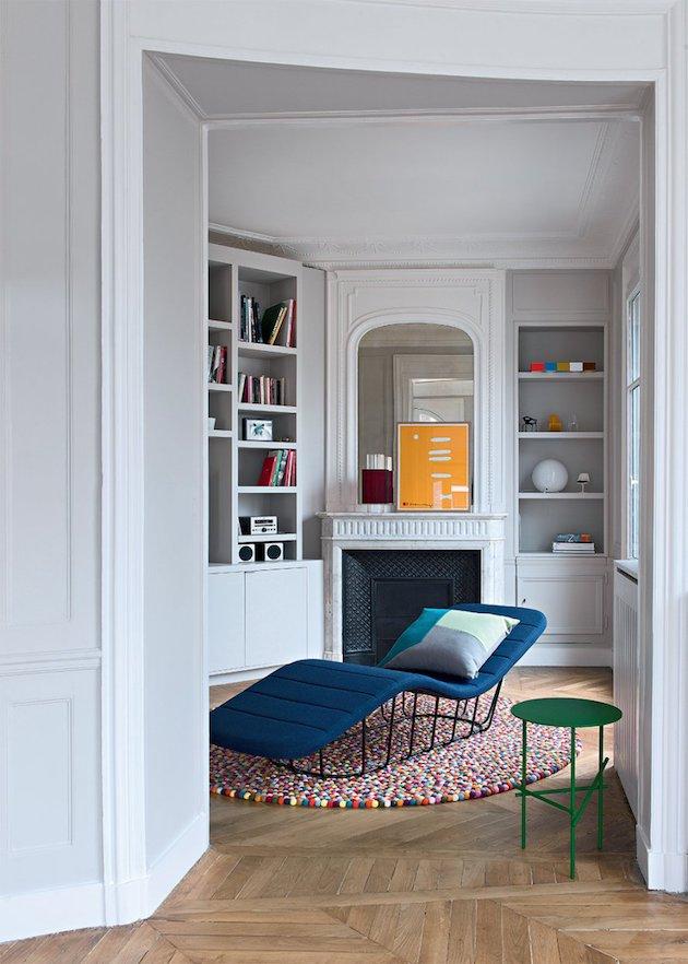 salon moderne canape bleu canard table basse verte ronde tapis multicolore rond