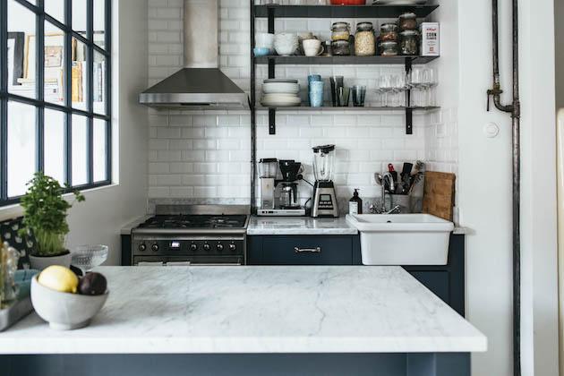 petit studio cuisine bleu fonce verrière marbre