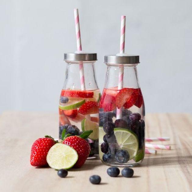 plaisir d'été l'eau aux fruits fait maison dans des petites bouteilles en verre