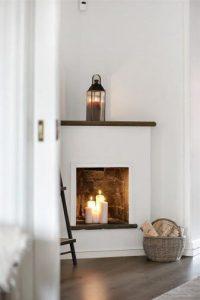 pour une ambiance cosy dans le salon allumer des bougies dans la fausse cheminée