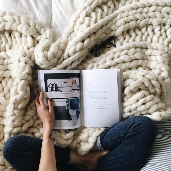 10 astuces pour une ambiance cosy blog d co clemaroundthecorner - Repose livre pour lire au lit ...