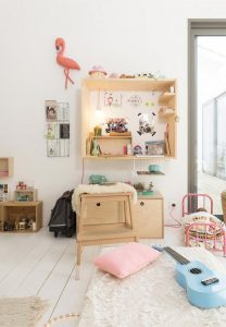 meuble en contreplaqué dans la chambre enfant.