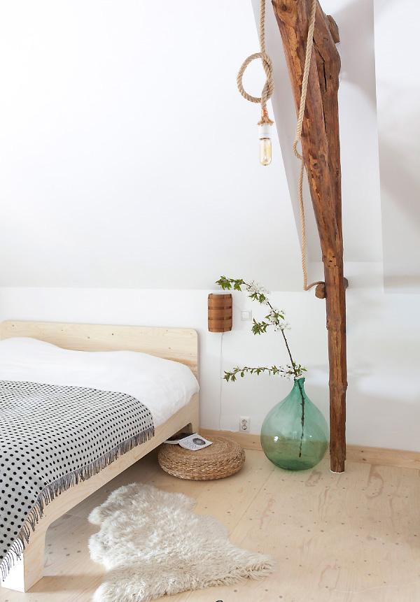 chambre scandinave et minimaliste avec une tête de lit DIY en contreplaqué