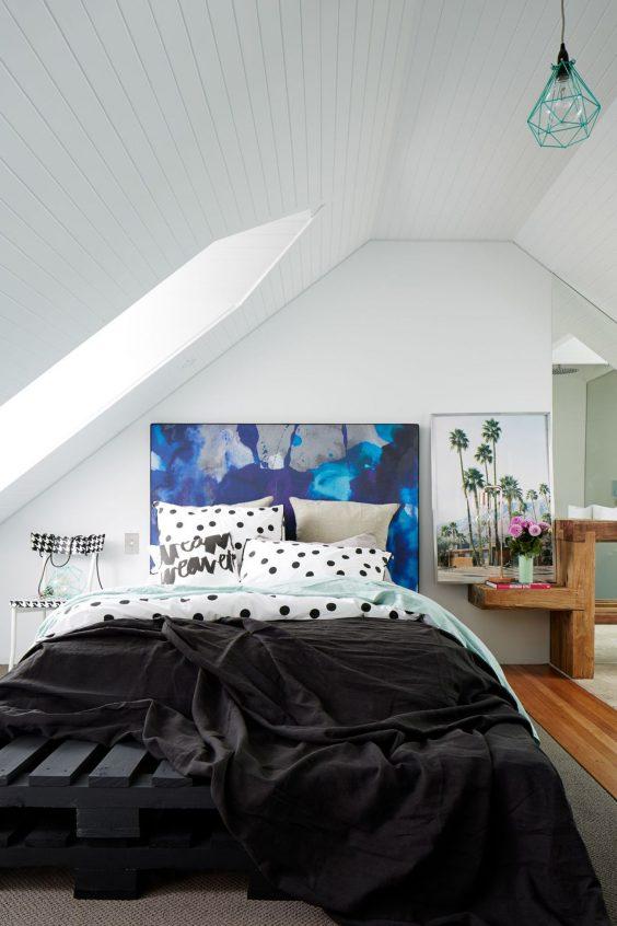une tete de lit en peinture comme un tableau d art contemporain