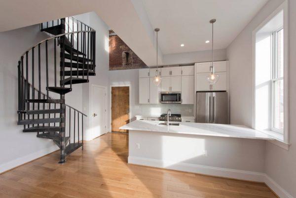 eglise transformee en maison cote cuisine et salle a manger