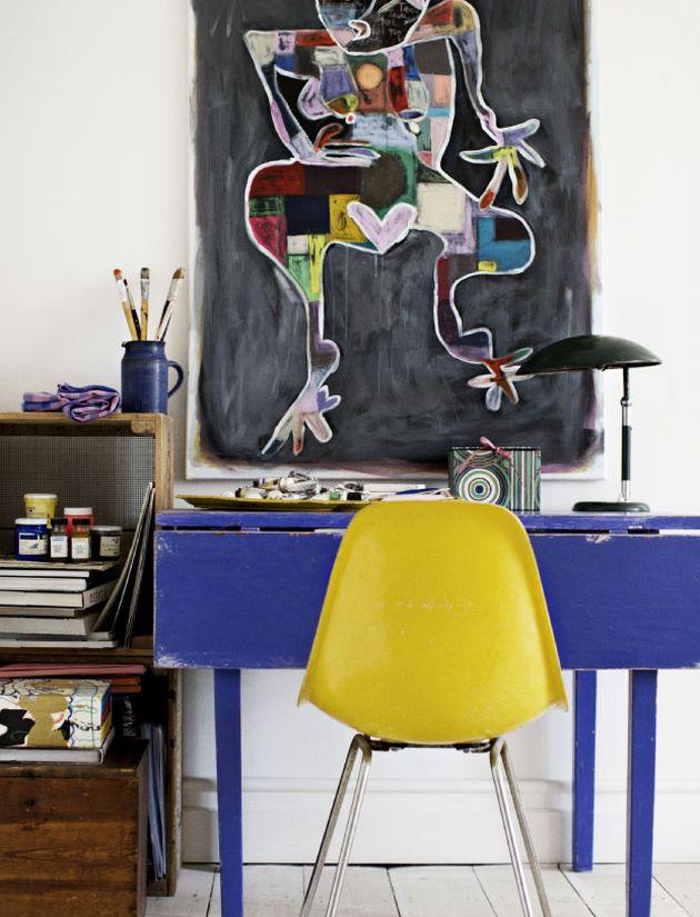 bureau bleu indigo et chaise jaune