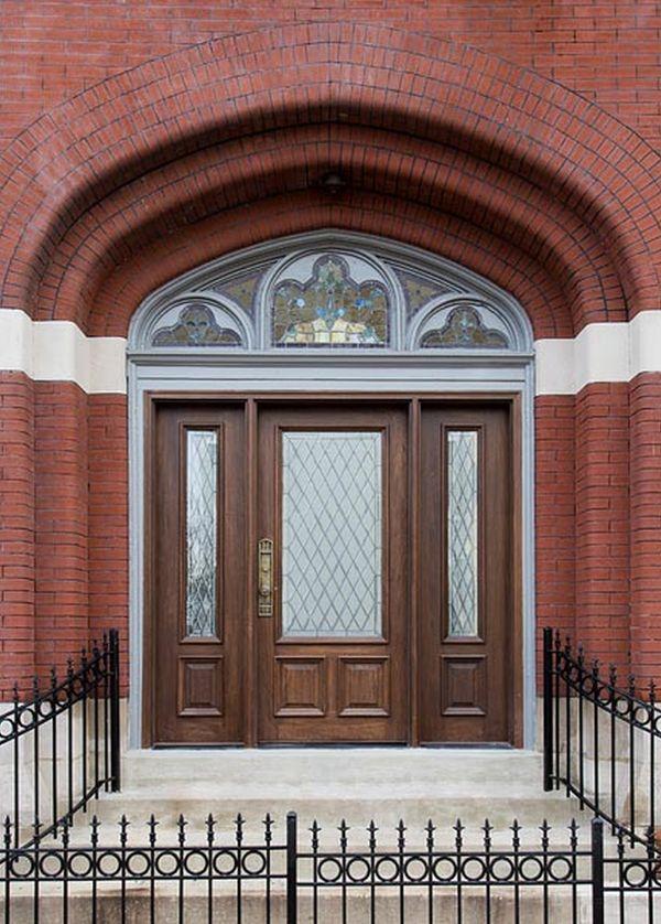 porte devant eglise transformee gothique brique blanc rouge bois grillage