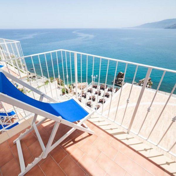 mini transat face à la mer sur un petit balcon
