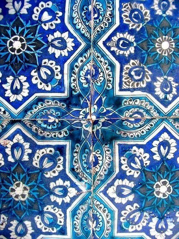 bleu indigo sur mosaique style grecque