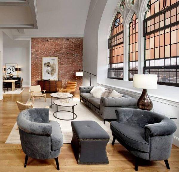 salon cosy grandes vitres eglise transformee en maison