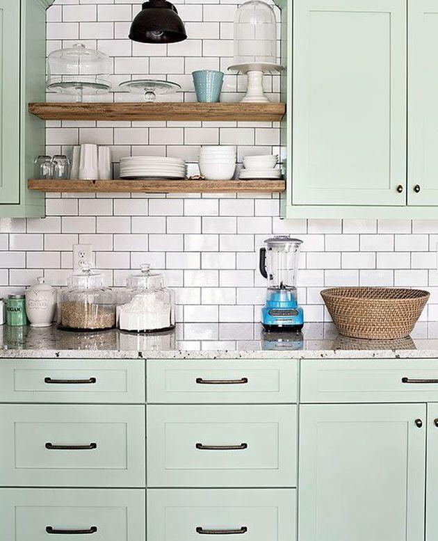 cuisine couleur mint vert pale carrelage métro style retro scandinave chic étagere ouverte