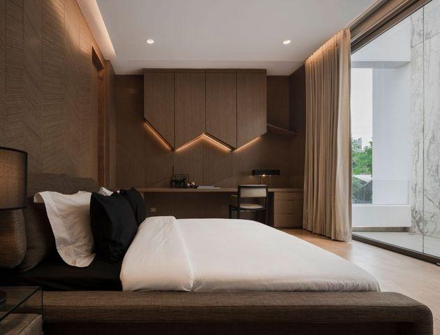 chambre en bois dans maison en marbre