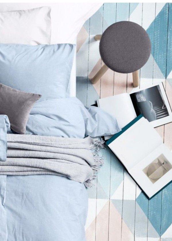 idee pour transformer la decoration d une chambre adulte bleu faire des motifs géométriques scandinaves en bleu et blanc au sol peinture