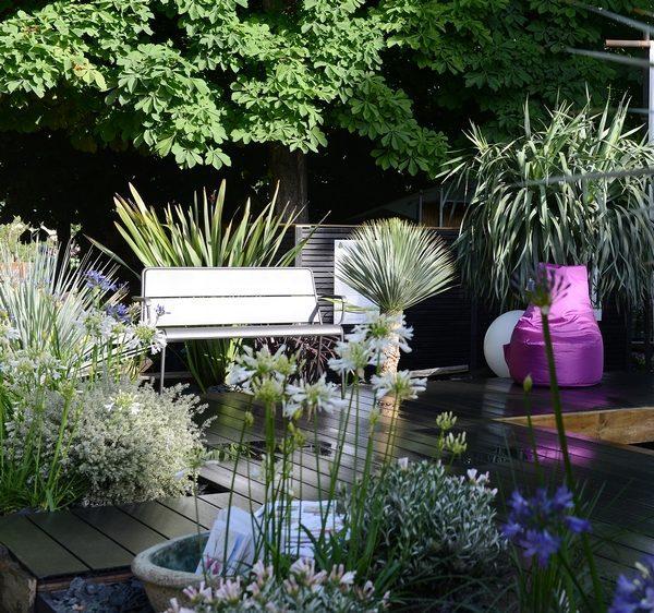 idee jardiniere cour entourée de fleur plante deco