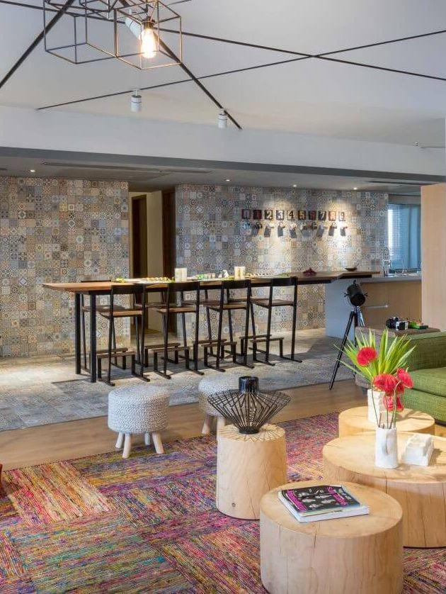 cuisine salon appartement melange de style mosaique ligne graphique bois meubles