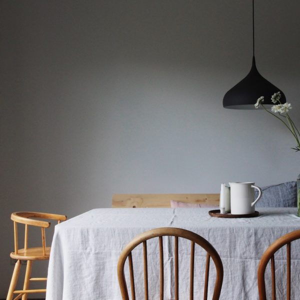 kinfolk style minimaliste salle a manger nappe lin gris clair