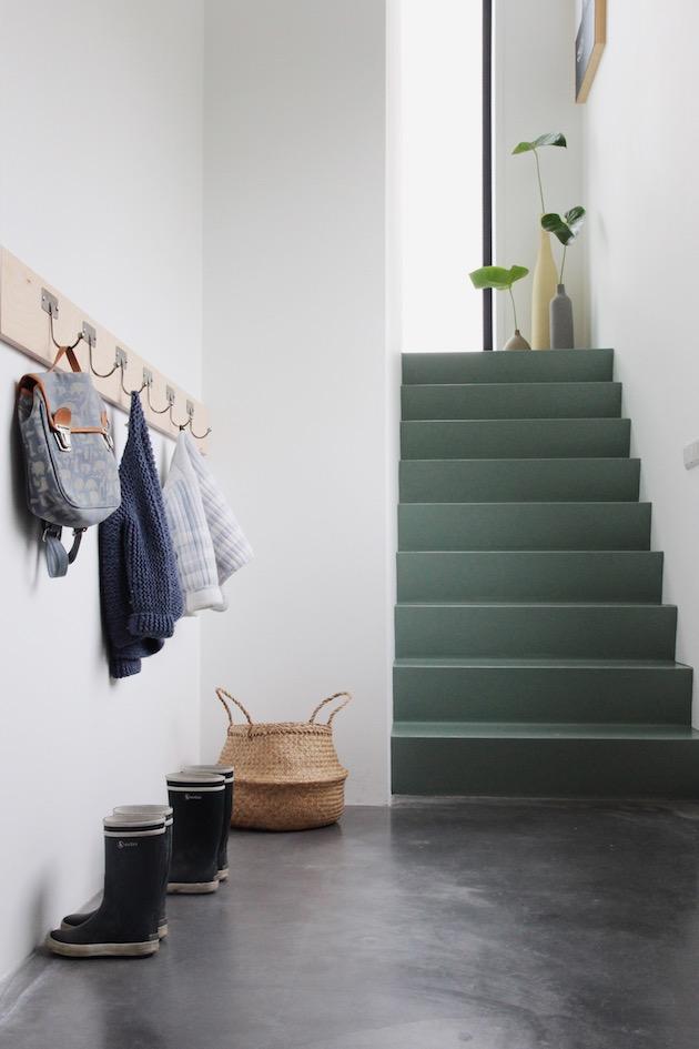 entrée style minimaliste béton cirée escalier vert