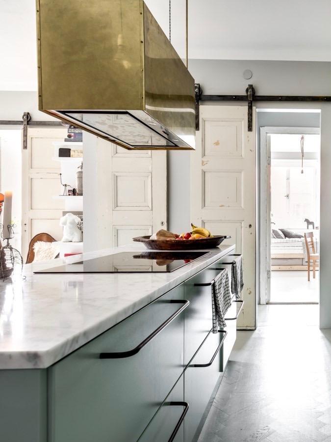 déco industrielle vintage cuisine ouverte vert gris