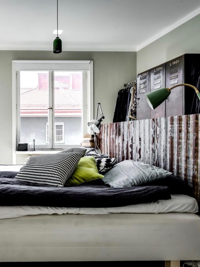diy tête de lit industrielle avec vieille plaque métallique