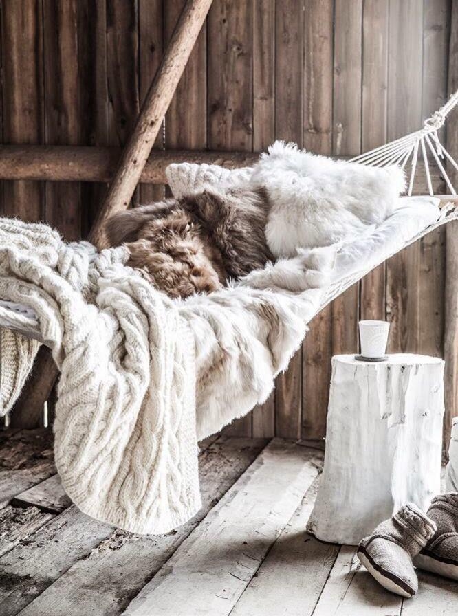 hamac suspendu et fausse fourrure chalet scandinave cosy coin lecture hiver table de nuit diy rondin