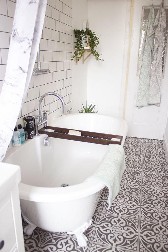 salle de bain marron et blanche carreaux de ciment pont banc de baignoire