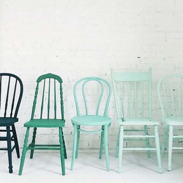 cinq chaises de couleur mint