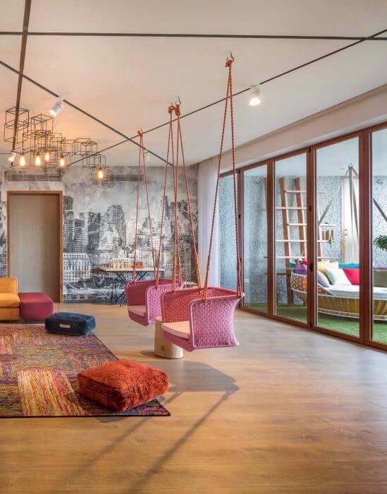salon multicolore avec papier peint trompe oeil