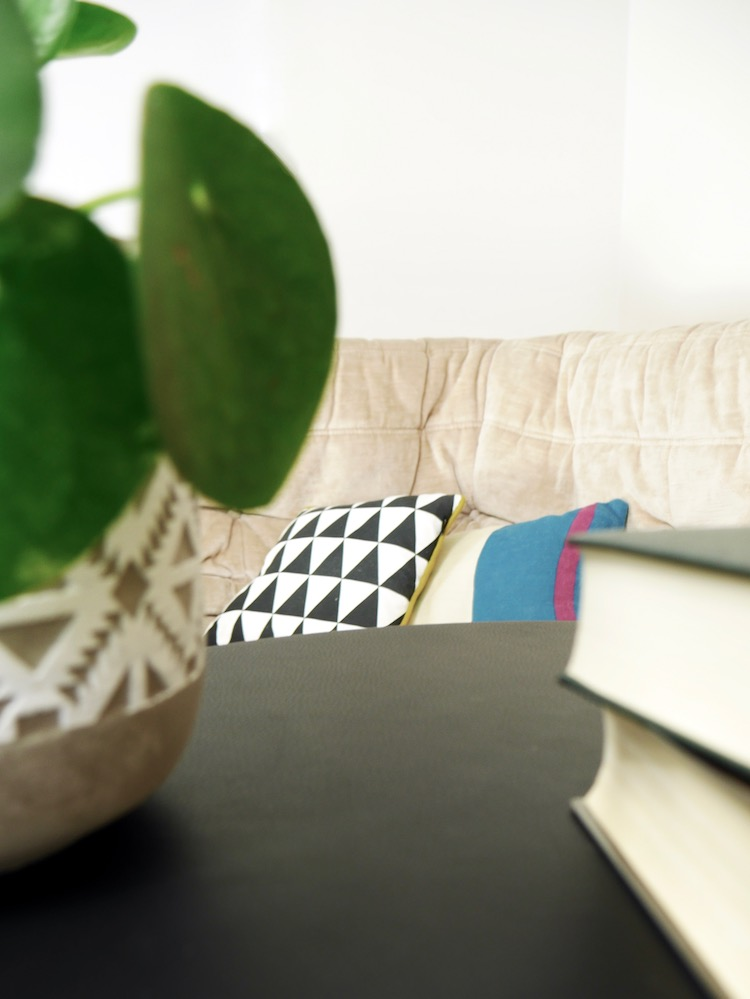 table basse en cuir ronde noir pied laiton design - clem around the corner