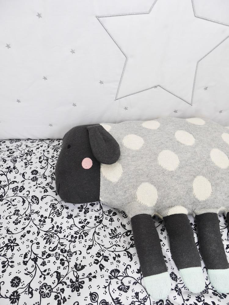 lit bébé déco chambre de bébé noir et blanc coussin en forme de mouton