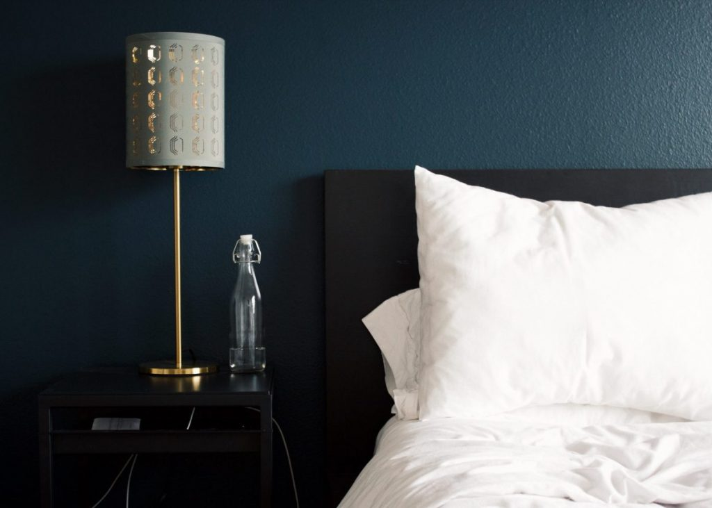 tête de lit en peinture bleue DIY