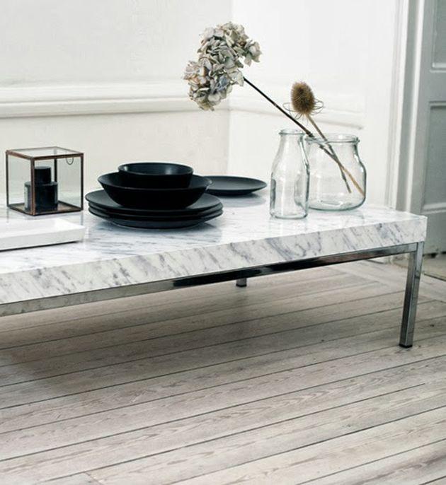 table en faux marbre pour suivre la tendance marbre sans se ruiner rien d emieu que du ruban adhesif effet marbre vaisselle noire et fleurs sur un parquet clair en bois ou est posee une jolie table basse pour le salon