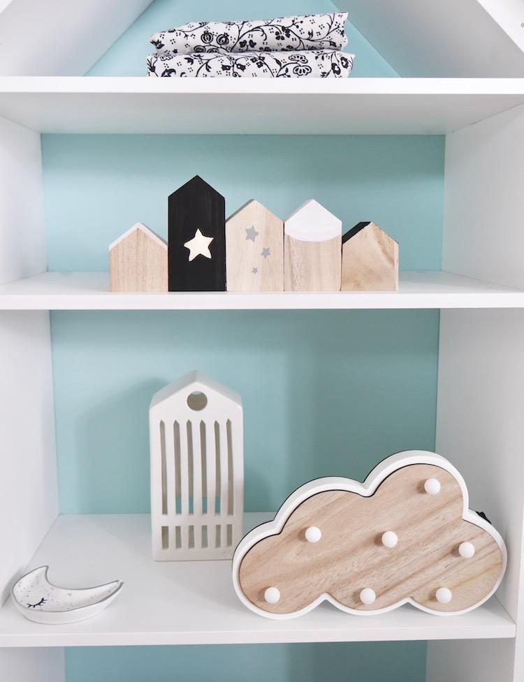 déco chambre bébé en noire et blanche bibliothèque en forme de maison