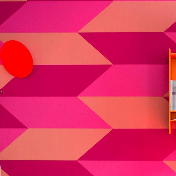 déco fluo papier peint géométrique rose orange