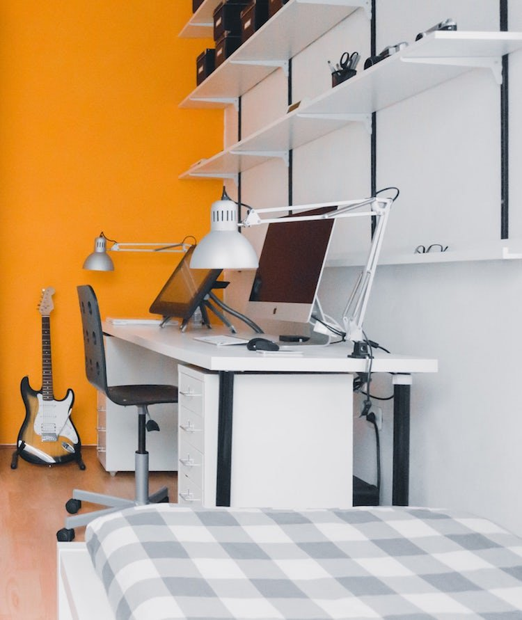 porte amenagement garage en chambre jaune orange bureau