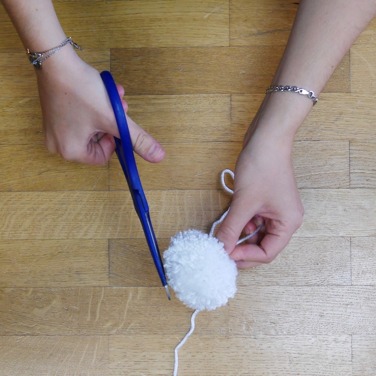 coupe pompom blanc mobile diy laine