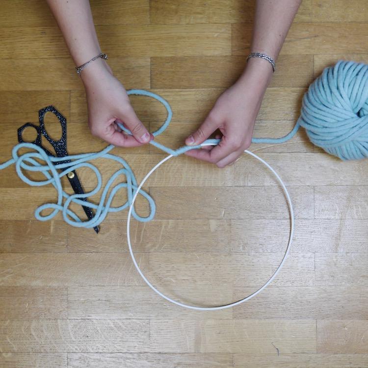mobile diy cercle laine confection blog deco bleu amande ciseau noir parquet