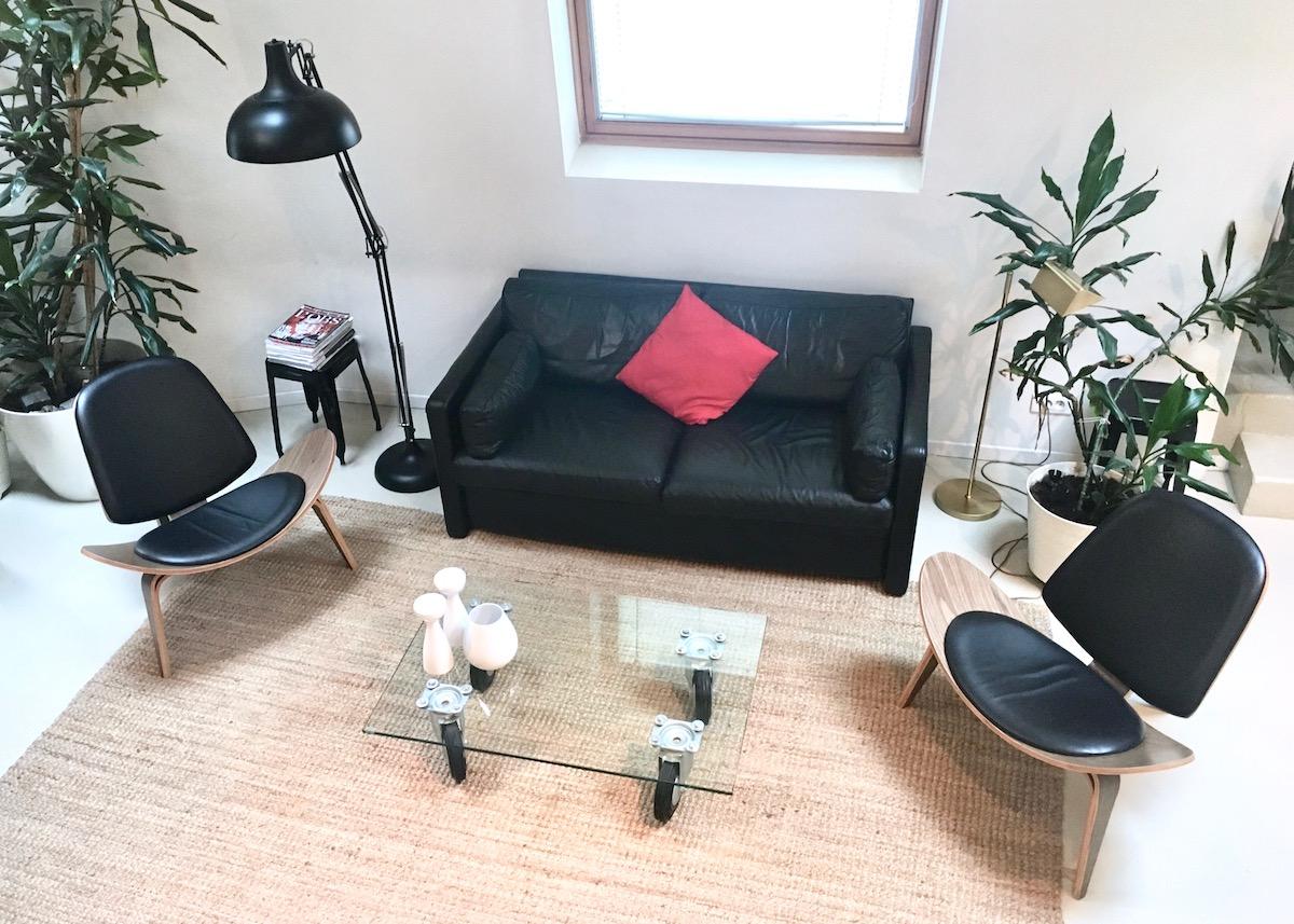 pied a terre à paris salon fauteuil cuir noir bois ch07