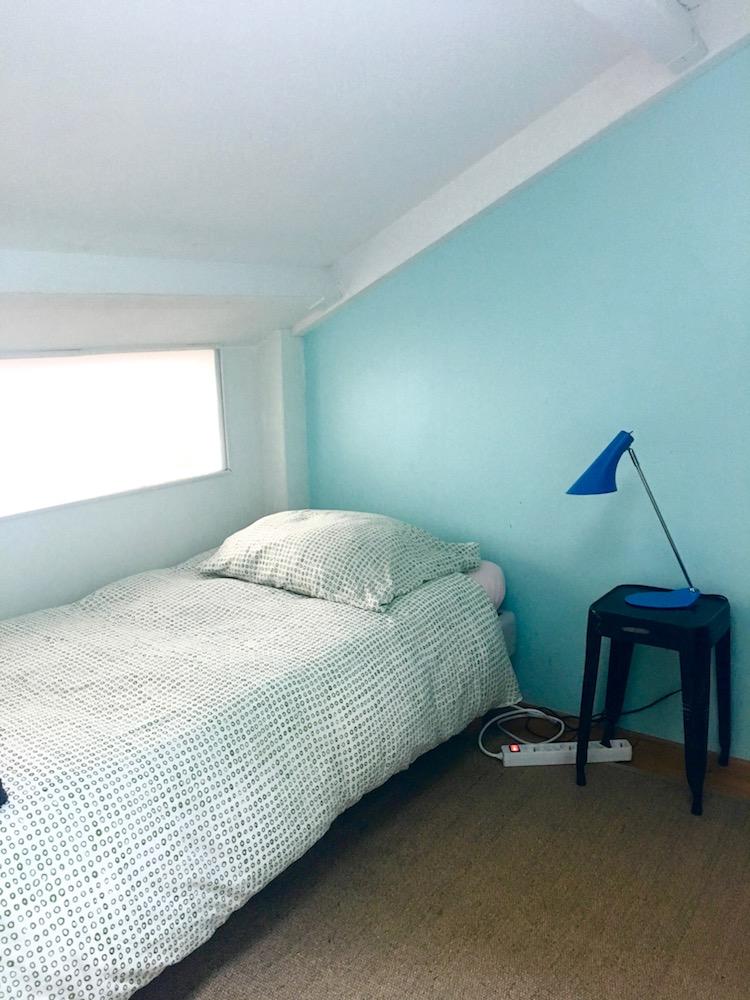 pied a terre à paris chambre sous les toits mur bleu clair