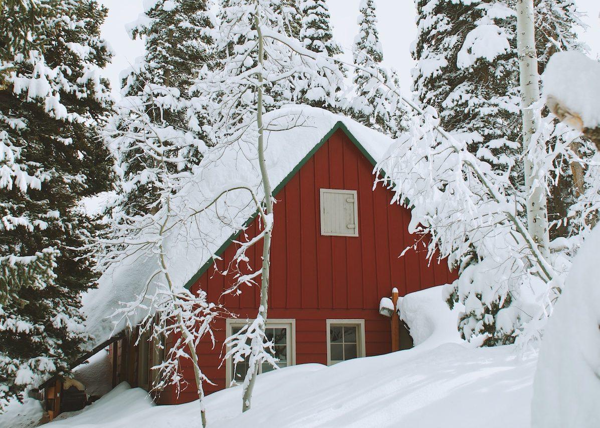 bien decorer sa maison pour l hiver maison rouge neige norvege