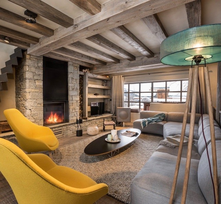 salon chalet design meribel cheminee fauteuil hay jaune moutarde