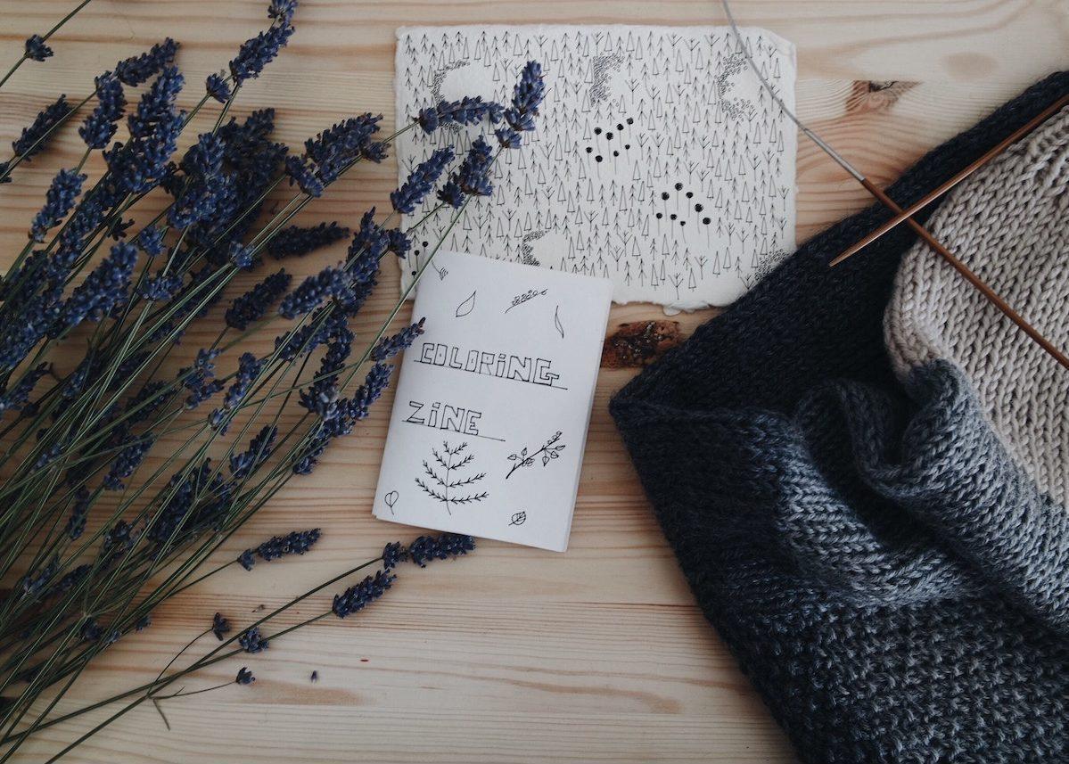 deco tricot cocooning blog decoration design lavande bois carnet papier feutres noir stylos plaid laine tricot