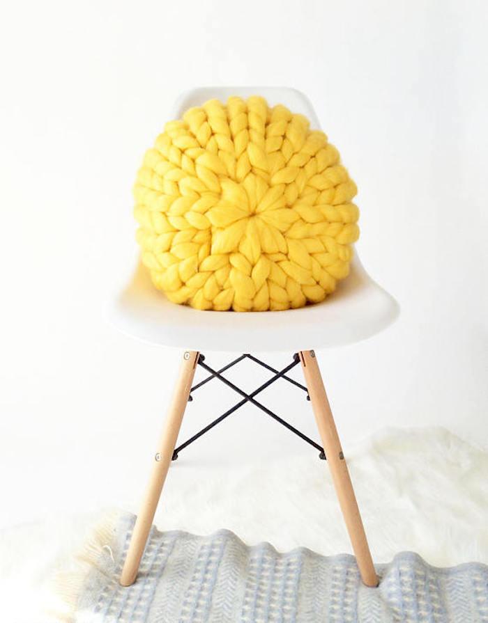 comment fabriquer un coussin en laine jaune soleil rond modèle chaise eames dsw blanche pas cher
