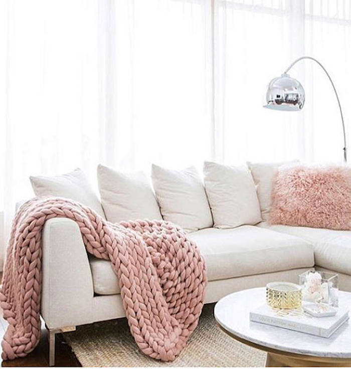 deco tricot salon plaid rose canape blanc decoration elements tricotes lampe design metalique coussin fourrure rose clair creme plateau table basse