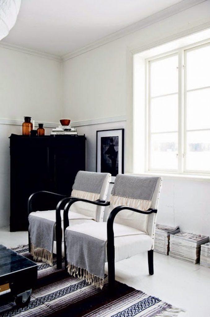 salon maison noir et blanc fauteuils de sejour avec plaids
