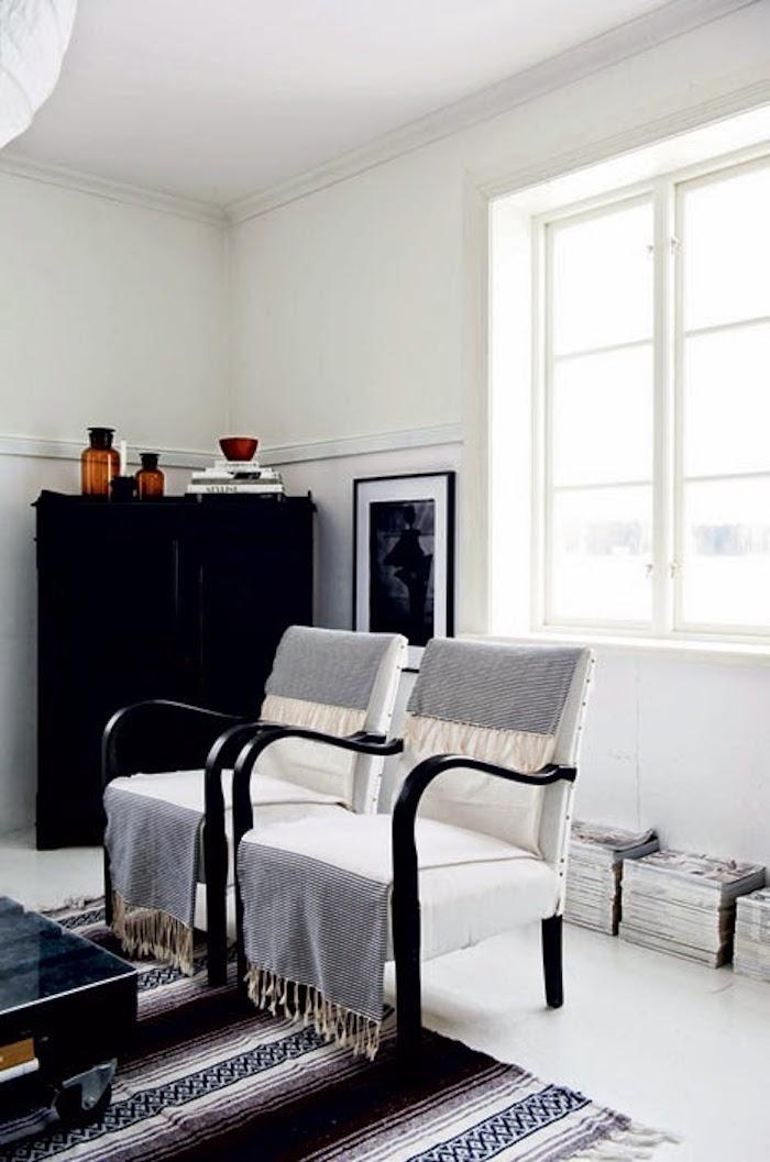 maison noir et blanc salon plaid fauteuil vintage