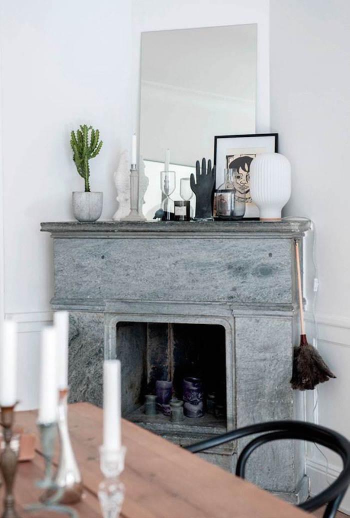 appartement familial suédois cheminée marbre gris clair étagère main