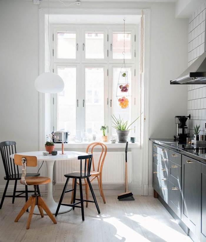appartement familial suédois cuisine chaises dépareillées table ronde