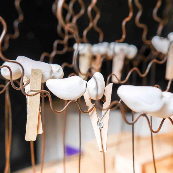 visite chez laurent trebout serie oiseau en porcelaine sur fil de fer phoptographie artiste ceramique art artisanat francais