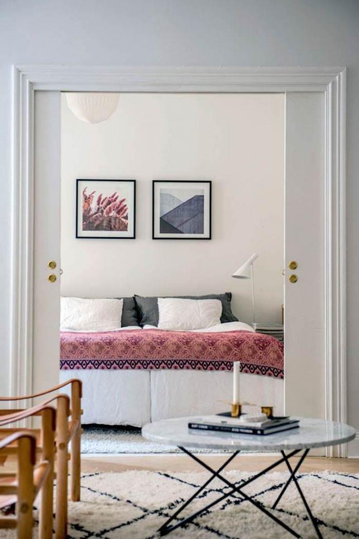 appartement familial suédois chambre porte a galandage couvre lit rose