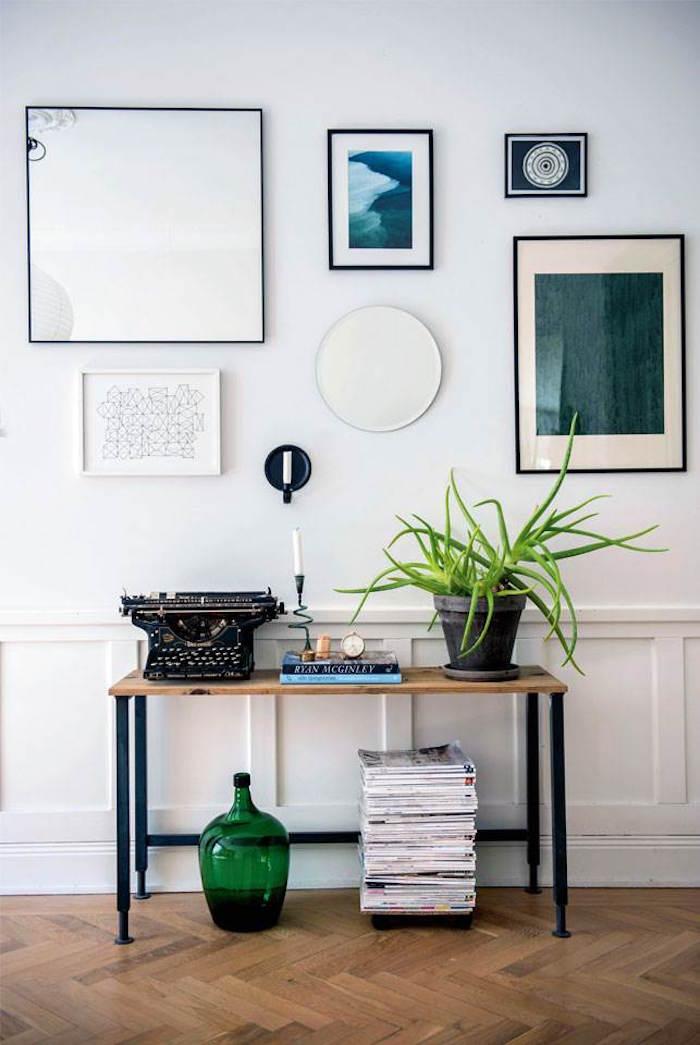 appartement familial suédois entree mur de cadre miroir